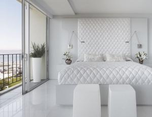 Schlafzimmer-komplett-weiß-rautenmuster-bettdecke-pflanzkübel